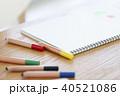 テーブルに置かれたスケッチブックと色鉛筆 40521086
