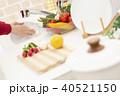 食器を洗う女性 40521150