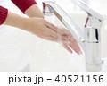 手を洗う女性の手元 40521156