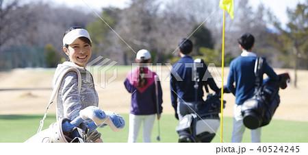 ゴルフをする女性 40524245
