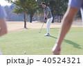 ゴルフをする男性 40524321
