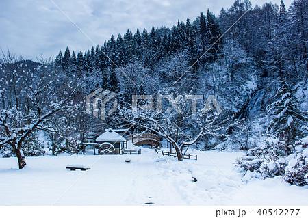日本昔話のような雪景色 40542277