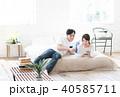 若い夫婦(タブレット・スマホ) 40585711