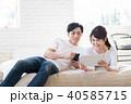 若い夫婦(タブレット・スマホ) 40585715