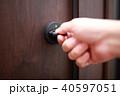 施錠 (かぎ カギ 玄関 出入り口 手 ボディパーツ 顔なし 一軒家 一戸建て マンション 扉) 40597051