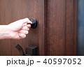施錠 (かぎ カギ 玄関 出入り口 手 ボディパーツ 顔なし 一軒家 一戸建て マンション 扉) 40597052