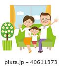 ポップな眼鏡のパパとその家族 ソファーでハーイ 40611373