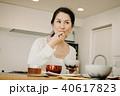 朝食を食べる日本人ミドル女性 40617823