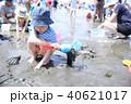 潮干狩りの楽しむ子供 40621017