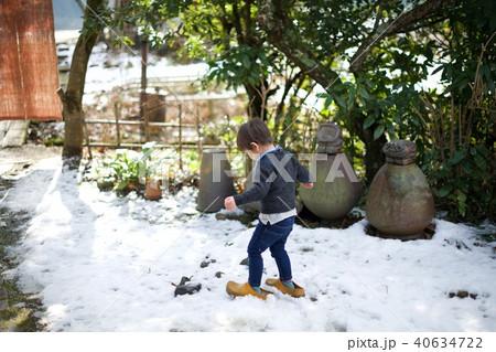 2歳児の男子/雪の中で遊ぶ 40634722