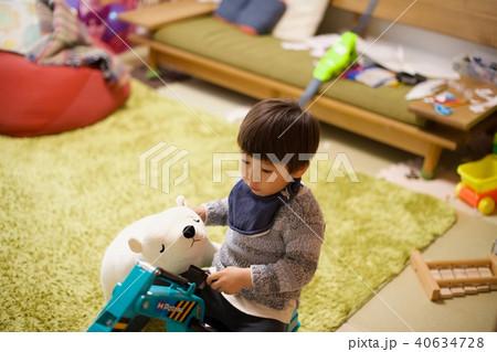 2歳児の男子/おもちゃで遊ぶ 40634728