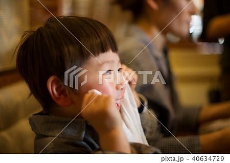 2歳児の男子/おしぼりであそぶ 40634729