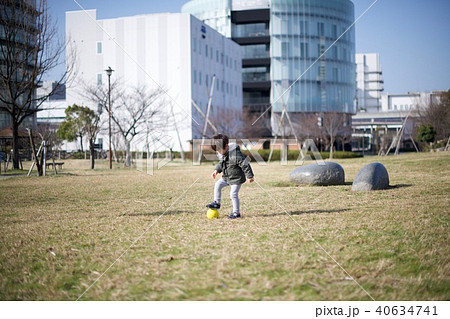 2歳児の男子/公園の芝生でボール蹴り 40634741