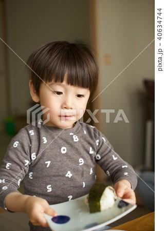 2歳児の男子/おにぎりを作る 40634744