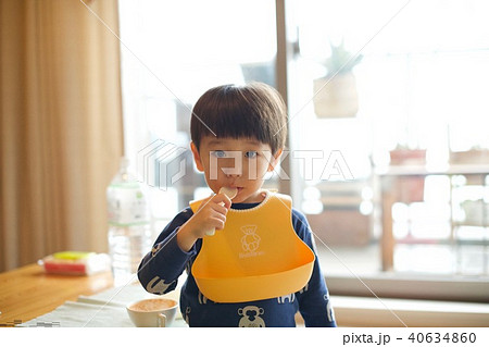 二歳児の日常/スプーンを咥える 40634860