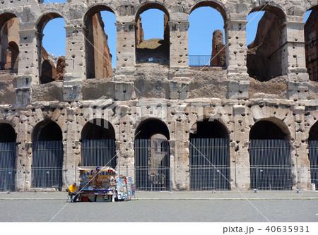 イタリア ローマ コロッセオ外観とお土産屋 Italy Roma Colosseo 40635931
