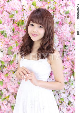 若い女性 ヘアスタイル 40668023