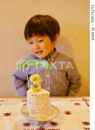子供の三歳の誕生日/バースデーケーキのロウソクを吹き消す 40674252