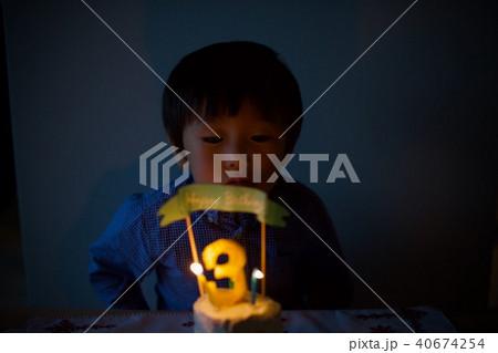 子供の三歳の誕生日/バースデーケーキのロウソクを吹き消す 40674254