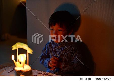 子供の三歳の誕生日/バースデーケーキのロウソクを吹き消す 40674257