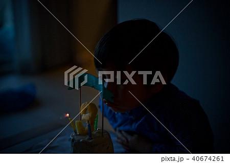 子供の三歳の誕生日/バースデーケーキのロウソクを吹き消す 40674261