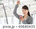 電車 スマートフォン ビジネスウーマンの写真 40680435