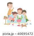 パンフレットを見ている家族 40695472