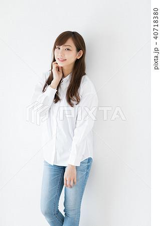 白シャツのさわやかな女性 40718380