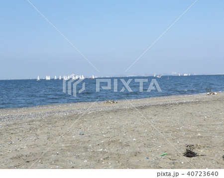 沖合いにヨットの見える稲毛海岸 40723640
