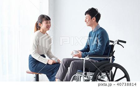 車椅子の男性と女性 40738814