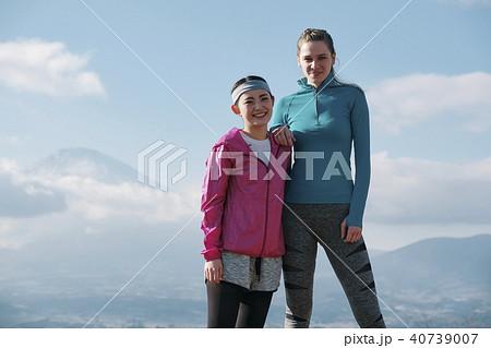 富士山 外国人 女性 フィットネス ポートレート 40739007