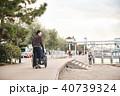 車椅子の女性と男性 40739324