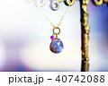小宇宙のように光る天然石のネックレスとカラフルバック 40742088