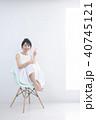 女性 椅子 座るの写真 40745121