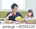 人物 ソファー 朝食の写真 40762132