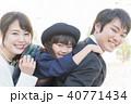 女の子、親子、幼稚園児、おんぶ 40771434