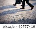 歩く ビジネスマン 足元の写真 40777419