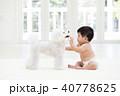 赤ちゃんと白いトイプードル 40778625