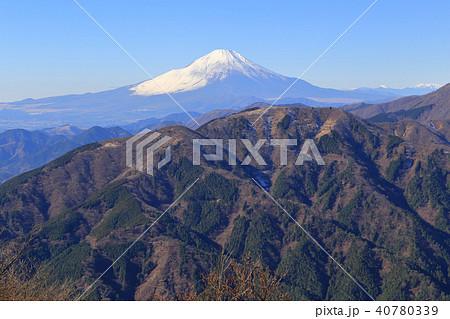 冬の大山(おおやま)山頂から富士山、二ノ塔、三ノ塔方面 40780339