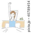 ベッドの上で背伸びをする女性 40789454