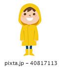 雨の日にレインコートを着て喜んでる男の子のイラスト 40817113