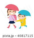 雨の日にレインコートを着て歩く小学生の女の子と男の子のイラスト 40817115