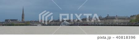 View of Pont de Pierre bridge from quay of Bordeaux city 40818396