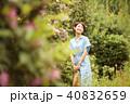 庭を散歩する女性 40832659