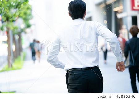 ビジネスマン 走る 急ぐ 遅刻 40835346