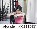 大阪府大阪市城東区のパーソナルトレーニングジムで体脂肪計を見て驚いている若い女性 40853085