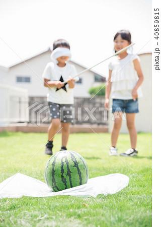 スイカ割りをする子供 40859815