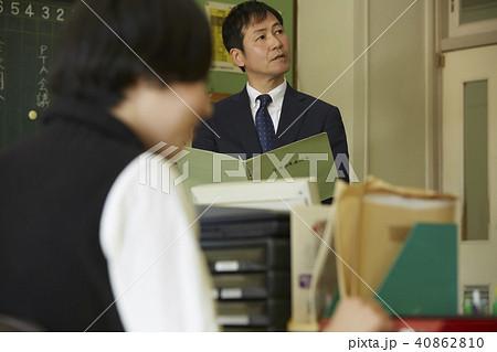 学校 職員室 先生  40862810