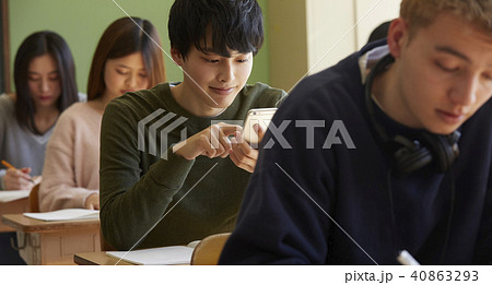 学校 インターナショナル 授業風景 スマホ 40863293
