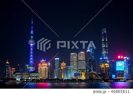 中国 上海市 外灘(がいたん)から望む浦東新区(ほとうしんく)スカイラインの夜景 40865811